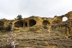 Cavernas redondas na rocha fotografia de stock