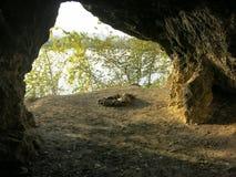 Caverne à l'intérieur avec le site de feu Photographie stock libre de droits