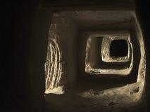 Caverne alla spiaggia di Sarakiniko fotografia stock