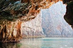 Caverne au-dessus de mer Image libre de droits