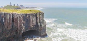 Caverne aux falaises en plage de Torres Images libres de droits