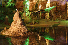 Caverne avec beaucoup de stalagmites et de stalactites Image libre de droits