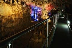 Caverne avec beaucoup de stalagmites et de stalactites Photo stock