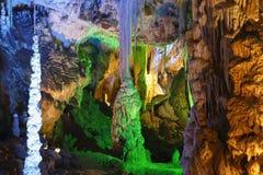 Caverne avec beaucoup de stalagmites et de stalactites photo libre de droits