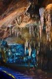 Caverne avec des stalactites et des stalagmites photographie stock libre de droits