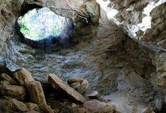 Caverne avec l'entrée lumineuse Images stock