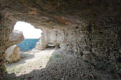 Caverne avec la vue de mer Photographie stock
