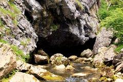 Caverne avec le ressort de rivière Images stock