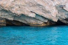 Caverne blu ed acqua blu del mare ionico sull'isola Zacinto in Grecia fotografie stock