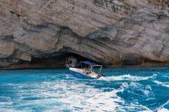 Caverne blu ed acqua blu del mare ionico sull'isola Zacinto in Grecia fotografia stock libera da diritti