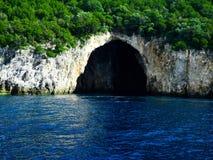 Caverne blu sull'isola di Corfù in Grecia, mare ionico, il Mediterraneo fotografia stock