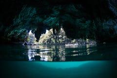Caverne cachée en Raja Ampat Image stock