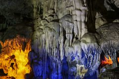 Caverne colorée dans la baie long d'ha, Vietnam photographie stock libre de droits