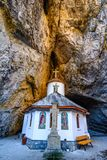 Caverne d'Ialomitei, montagnes de Bucegi, saints Peter et Paul Church a photos stock