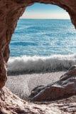 Caverne dans la roche photo libre de droits