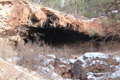 Caverne dans le côté de montagne Images stock