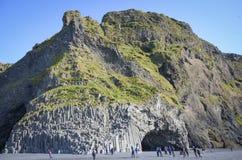 Caverne de colonne de basalte à la plage de Reynisfjara, Islande Photo stock