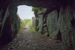 Caverne de conte de fées sur Guernesey connue sous le nom de Creux es Faies Image libre de droits