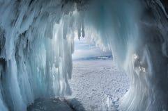 Caverne de glace sur le lac Baïkal photographie stock libre de droits