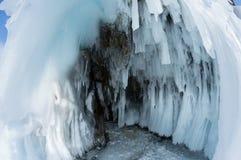 Caverne de glace sur le lac Baïkal images stock