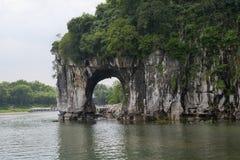 Caverne de Karst à la berge photos stock