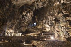 Caverne de Melidoni avec des stalactites et des stalagmites sur l'île de Crète image stock