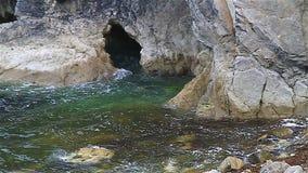 Caverne de mer à la marée haute banque de vidéos