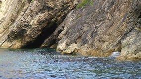 Caverne de mer à la marée haute clips vidéos