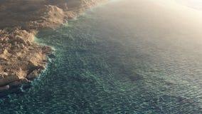 Caverne de mer avec la vue large d'océan Photos stock