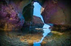 Caverne de mer sur le ` s Cliffside d'océan Photographie stock