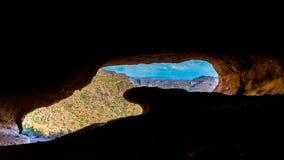 Caverne de vague en montagnes de superstition photographie stock