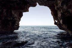 Caverne des voûtes dans la crique de Moraig Images stock