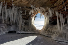 Caverne di ghiaccio delle isole dell'apostolo sul lago Superiore congelato, Wisconsin immagine stock