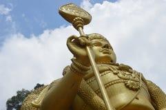 Caverne di Lord Murugan Golden Statue In Batu immagini stock