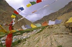 Caverne e bandiere buddisti antiche di preghiera nel deserto ad alta altitudine della montagna Immagini Stock Libere da Diritti