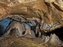 Caverne e formazioni della caverna nel canyon del fiume accanto a Bor fotografia stock libera da diritti