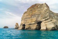 Caverne e formazioni rocciose ad area di Sarakiniko in Milo Immagini Stock Libere da Diritti