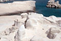 Caverne e formazioni rocciose dal mare ad area di Kleftiko su Milo Fotografia Stock Libera da Diritti