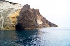 Caverne e formazioni rocciose dal mare ad area di Sarakiniko su Milo Fotografia Stock Libera da Diritti