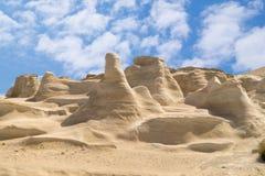Caverne e formazioni rocciose dal mare ad area di Sarakiniko su Milo Fotografia Stock