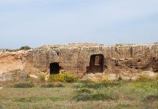 Caverne e tombe scolpite nella parete rocciosa vicino al mare alla tomba dell'area di re in paphos Cipro fotografia stock