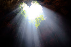 Caverne en forme de coeur de lumière de rayon images stock