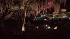 Caverne karstique mystérieuse romantique intéressante de la Géorgie, station de vacances célèbre pour guérir les eaux miné clips vidéos