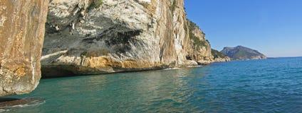 Caverne méditerranéenne de sceau et panorama de Golfe d'Orosei Photos stock