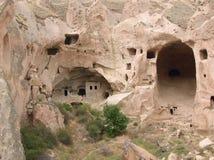 Caverne-maisons dans des formations roses de tuf (Cappadocia) Photos libres de droits