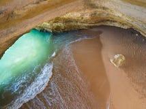 Caverne naturelle célèbre à la plage de Benagil dans Algarve Portugal paysage à une des destinations principales de vacances en E photos libres de droits