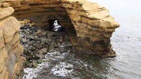 Caverne naturelle sur l'océan clips vidéos