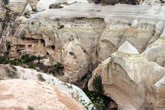 Caverne scolpite dal tufo colorato Immagine Stock
