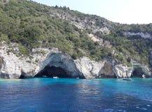 Caverne sul mare ionico blu fotografia stock libera da diritti