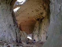 Caverne très haute avec des trous sur le plafond sous forme de yeux 3 Photographie stock libre de droits